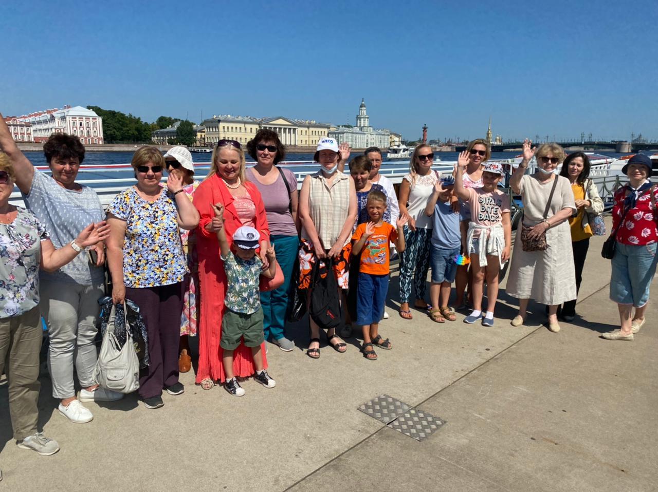 Группа жителей МО Светлановское во время экскурсии, на набережной Невы
