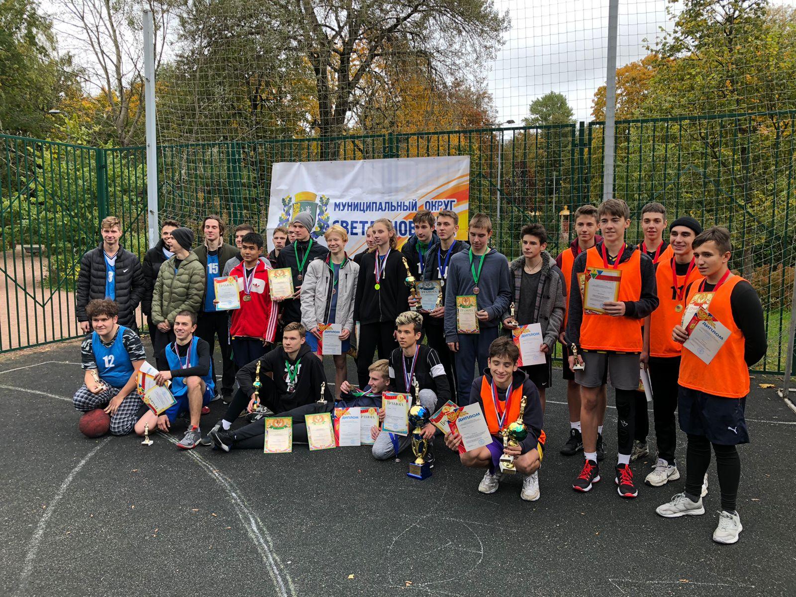 Участники соревнований по стритболу на кубок МО Светлановское с призами турнира