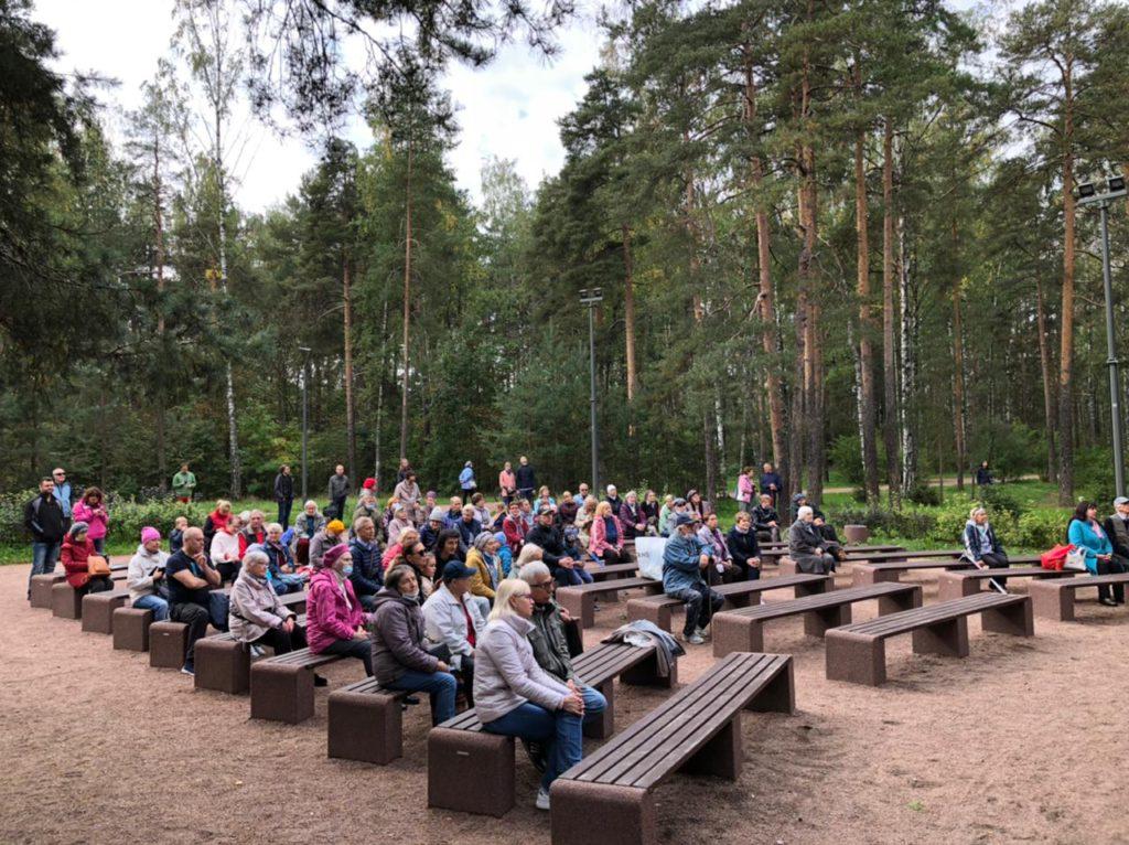 Жители МО Светлановское смотрят концерт духового оркестра в Сосновке