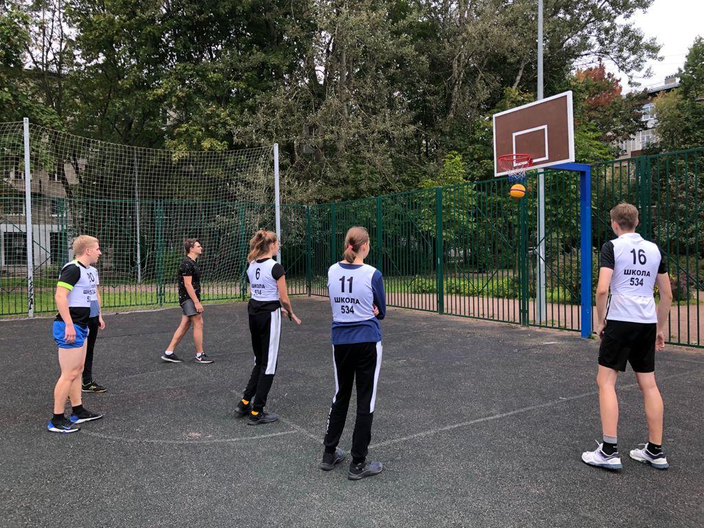 Команды играют на соревнованиях по стритболу