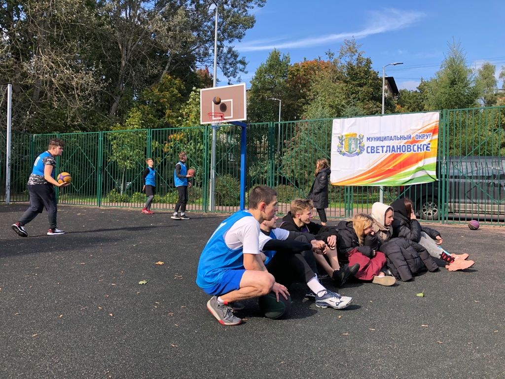 Разминка участников турнира по стритболу в МО Светлановское