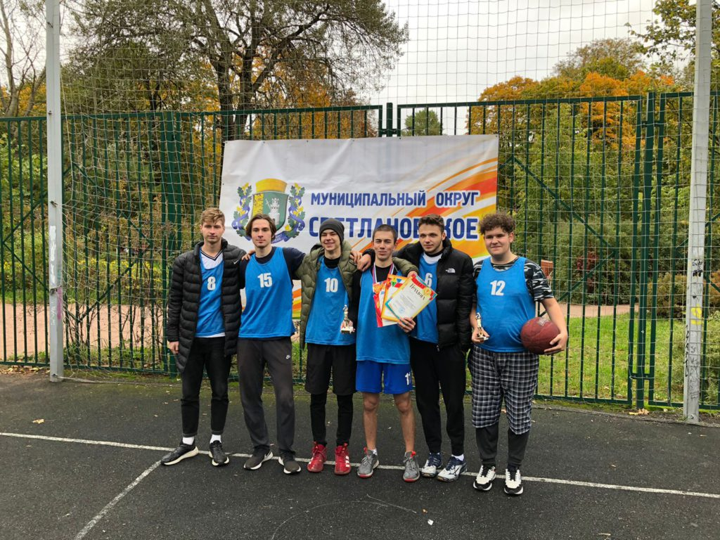 Участники турнира по стритболу в МО Светлановское с призами турнира