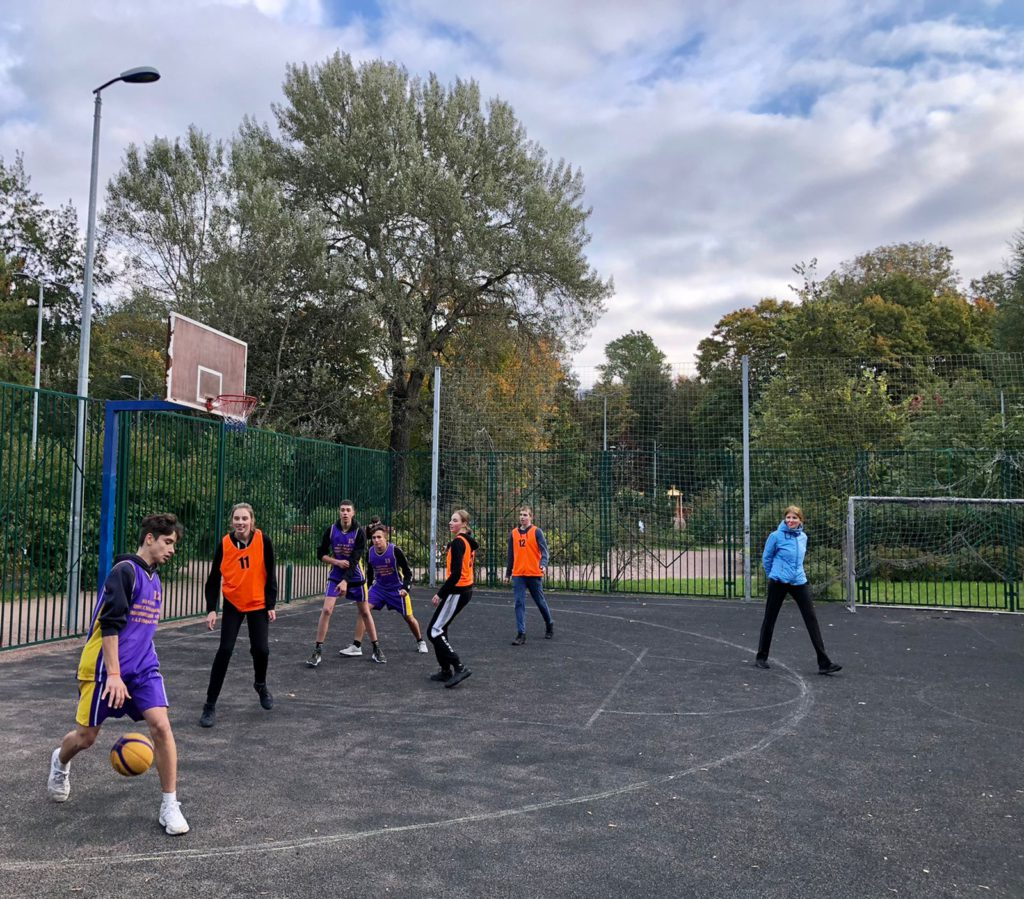 Команды играют в стритбол в турнире МО Светлановское