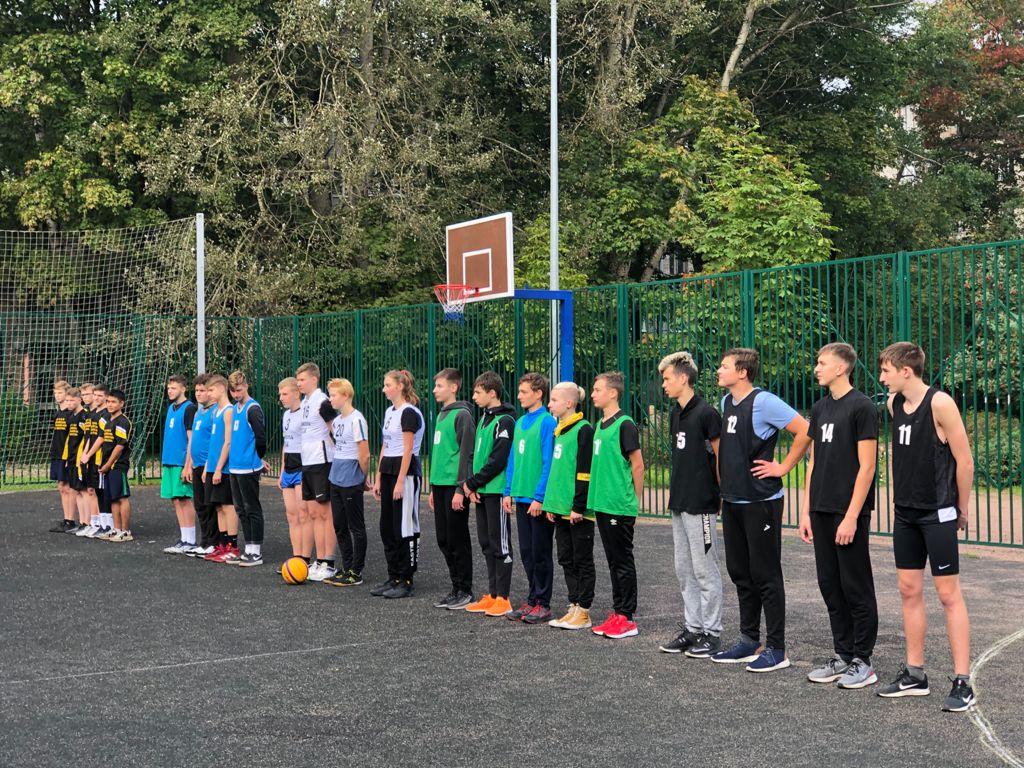 Команды-участники соревнований по стритболу в МО Светлановское на баскетбольной площадке