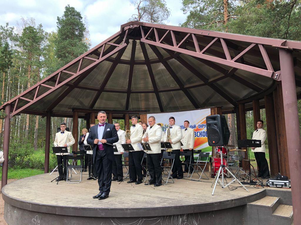 Музыканты оркестра на сцене в парке Сосновка.