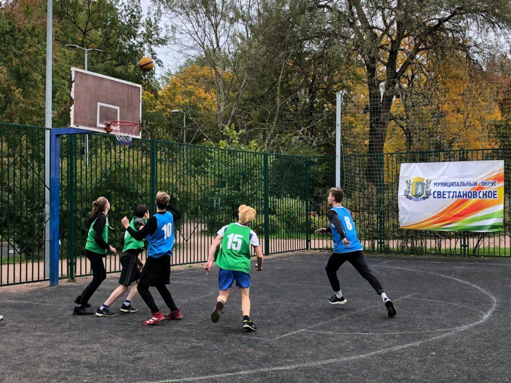 Участники турнира на кубок МО Светлановское играют в стритбол