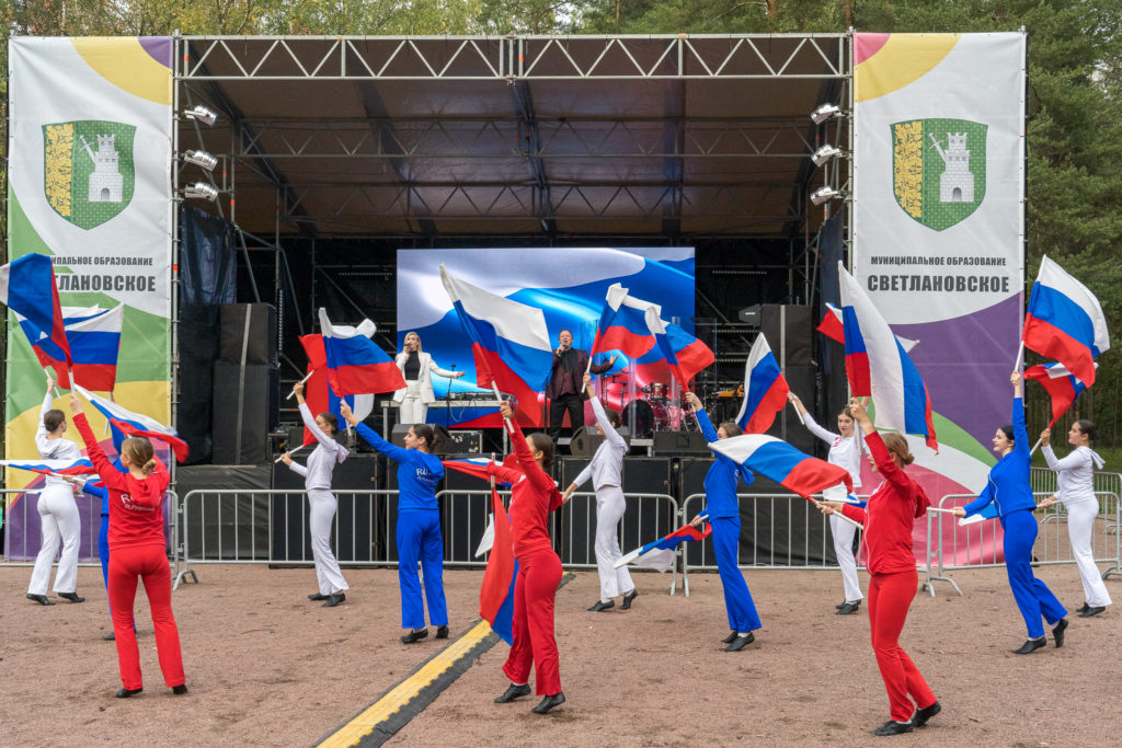 Выступление танцевального коллектива с флагами России