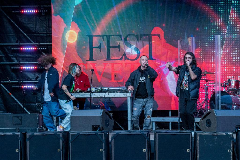 Выступление артистов на сцене