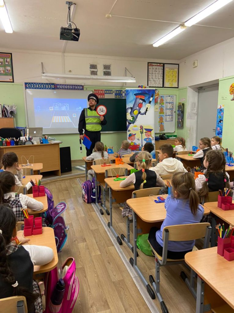 """Учащиеся младших классов школы принимают участие в интерактивной программе по правил безопасного дорожного движения """"Безопасное колесо"""""""