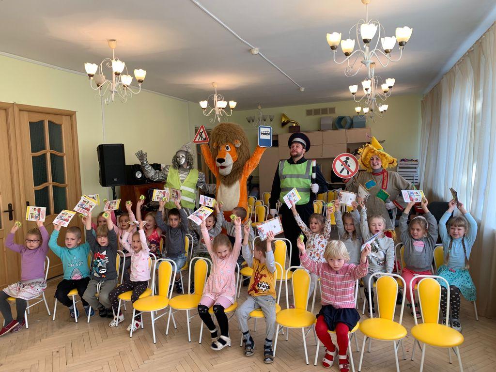 Воспитанники детского сада участвуют в театрализованном представлении по правилам дорожного движения