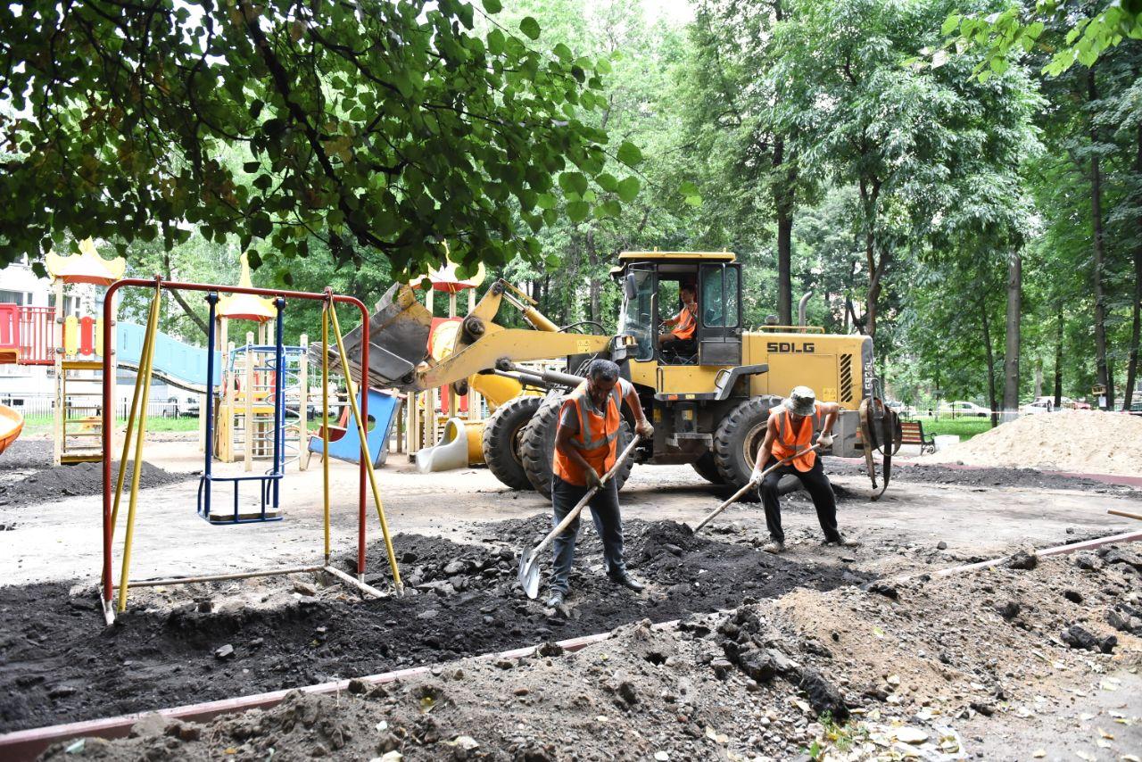 Рабочие ведут ремонтные работы на детской площадке